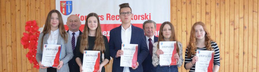 Młodzież recytuje poezję patriotyczną